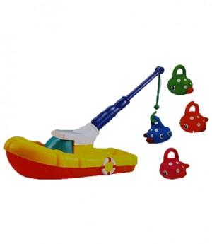 قایق ماهیگیری در آب بانو مد